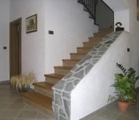 Stopnice iz lesa kovana ograja