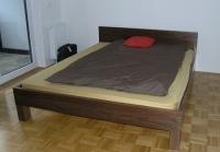 Moderna postelja oreh
