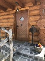 Rustikalna masivna vhodna vrata