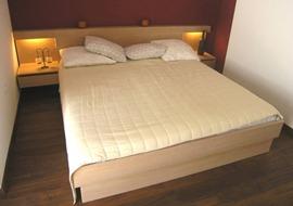 masivna-postelja-beljen-hra
