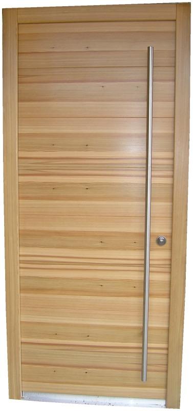 Masivna vhodna vrata macesen, horizontalni utori ter struktura lesa v prečno smer poteka.