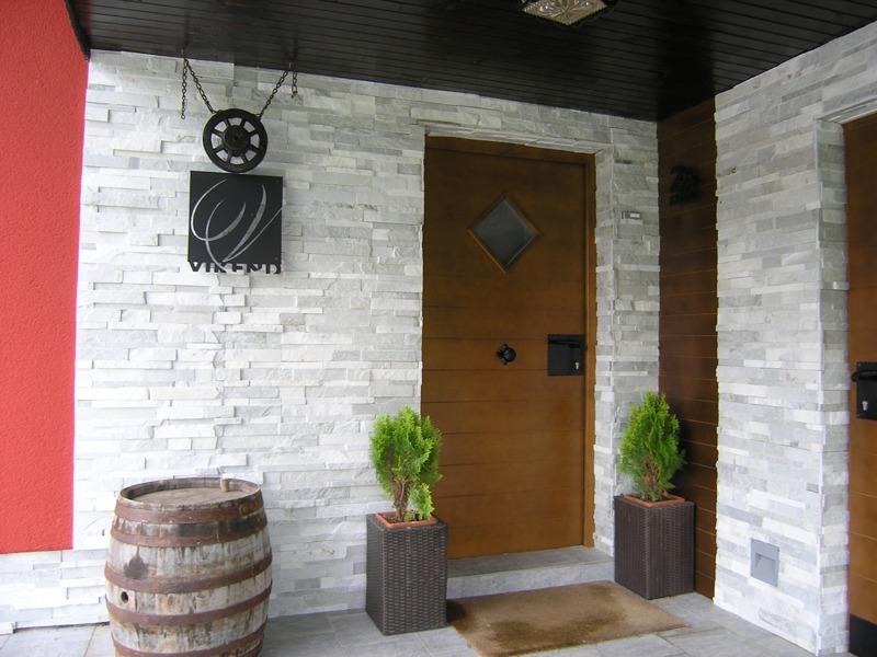 Unikatna lesena vhodna vrata narejena po naročilu, arhitekt Suhadolc, elegantna vrata za hišo.