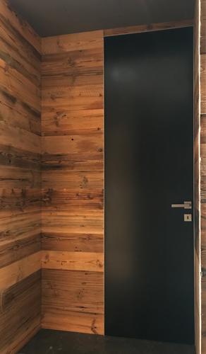 Rustikalna skrita notranja vrata doorline, alu podboji